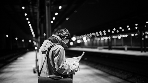 Man-reading-newspaper-in-the-subway